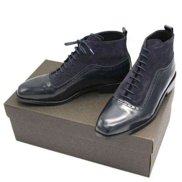 Foto von dunkelblauer Schnürstiefelette aus poliertem Leder und aus Raulder. Beide Stiefeletten auf dunkelbraunem Schuhkarton. Modell 451-Schnürstiefelette_2