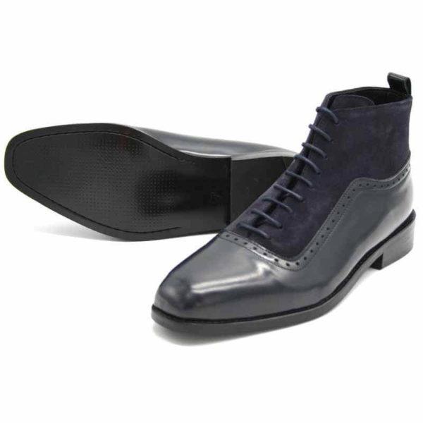 Foto von dunkelblauer Schnürstiefelette aus poliertem Leder und aus Raulder. Beide Stiefeletten auf dunkelbraunem Schuhkarton. Modell 451-Schnürstiefelette_3