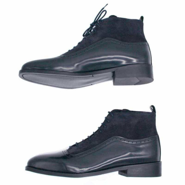 Foto von dunkelblauen Schnürstiefeletten aus poliertem Leder und aus Raulder. Beide Stiefeletten nach links weisend, übereinander. Modell 451-Schnürstiefelette_3