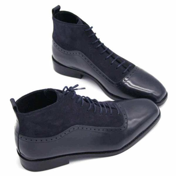 Foto von dunkelblauen Schnürstiefeletten aus poliertem Leder und aus Raulder. Beide Stiefeletten nach rechts weisend mit der Spitze zusammen. Modell 451-Schnürstiefelette_5