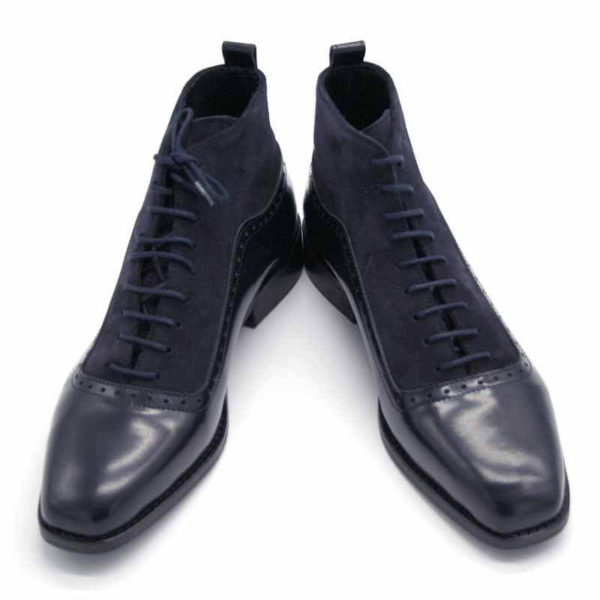 Foto von dunkelblauen Schnürstiefeletten aus poliertem Leder und aus Raulder. Eine Stiefelette zeigt nach links, die andere nach rechts. Modell 451-Schnürstiefelette_6