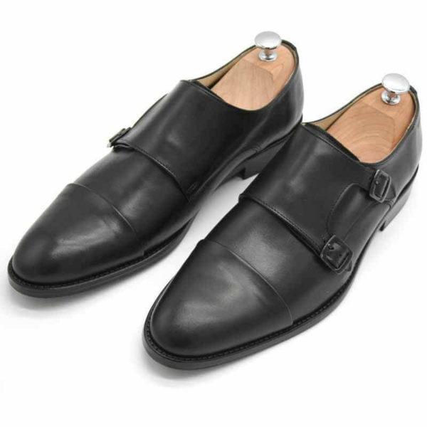 Foto von zwei schwarzen Monk Herrenschuhen beide mit Schuhspannern mit silbernem Knauf, nach vorne links weisend - Modell Monk Business 305