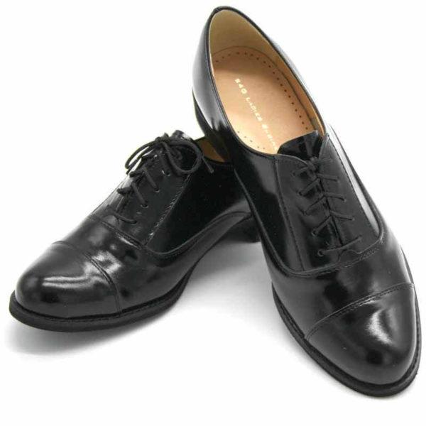 Foto von zwei schwarzen Oxford Schnürschuhen für Damen. Der linke steht mit der Hacke im rechten. Nach vorne weisende. Modell 512-Damen Oxford_1