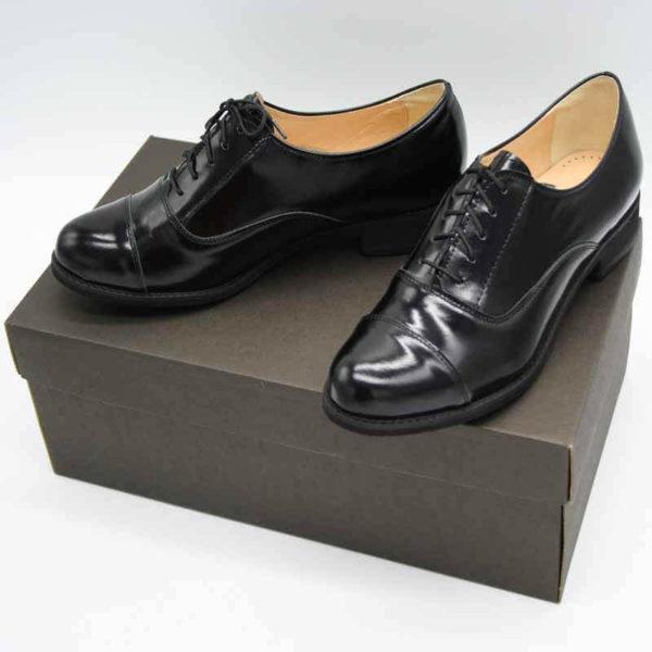Foto von zwei schwarzen Oxford Schnürschuhen für Damen. Der linke steht mit der Hacke im rechten. Nach vorne weisende. Modell 512-Damen Oxford_2