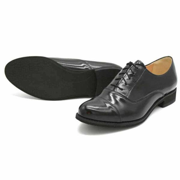 Foto von zwei schwarzen Oxford Schnürschuhen für Damen auf dunkelbraunem Schuhkarton. Modell 512-Damen Oxford_3