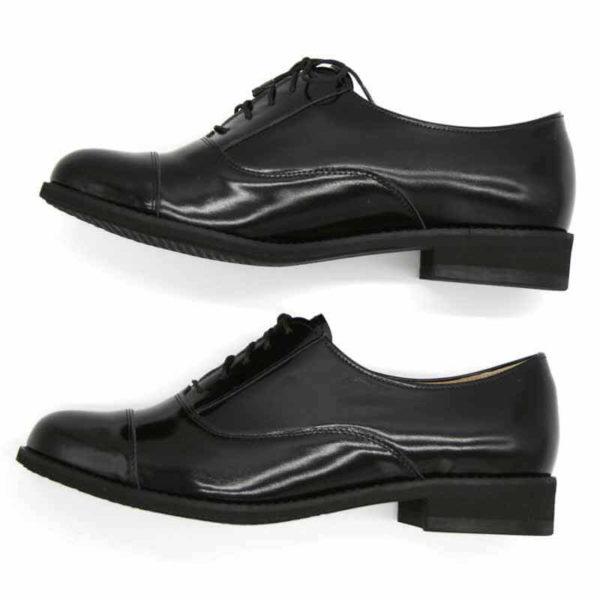 Foto von zwei schwarzen Oxford Schnürschuhen für Damen. Einer liegend, so dass die schwarze Laufsohle zu sehen ist, der andere nach vorne weisend. Modell 512-Damen Oxford_3
