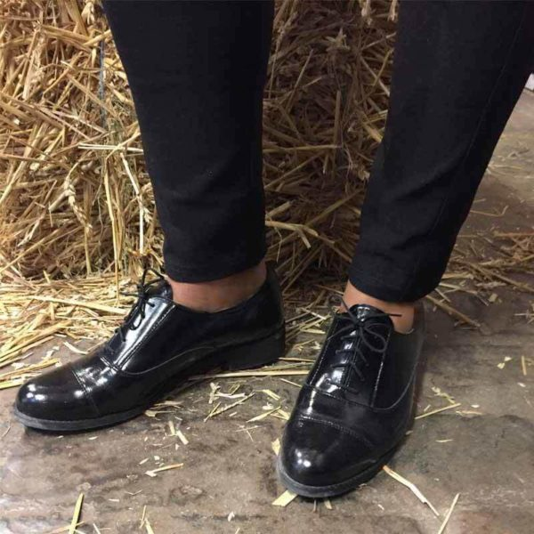 Foto von zwei schwarzen Oxford Schnürschuhen für Damen. Beide nach rechts zeigend, an der Spitze zusammen. Modell 512-Damen Oxford_6