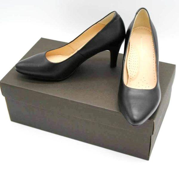 Foto Schwarze Lederpumps. Die Pumps stehen auf einem braunen Schuhkarton stehen. Modell 513-Schwarze Lederpumps_2