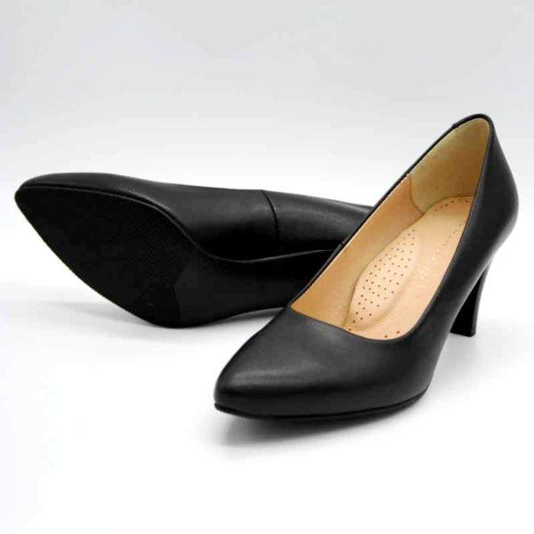 Foto Schwarze Lederpumps. Einer liegend, so dass die schwarze Laufsohle zu sehen ist, der andere stehend nach vorne zeigend. Modell 513-Schwarze Lederpumps_3