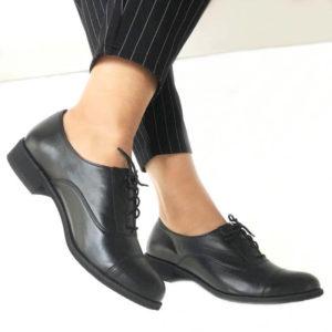 Foto von zwei Schnürschuhen Modell: Oxford Schuhe Damen in Schwarz-Modell 517 Oxford Schuhe Damen