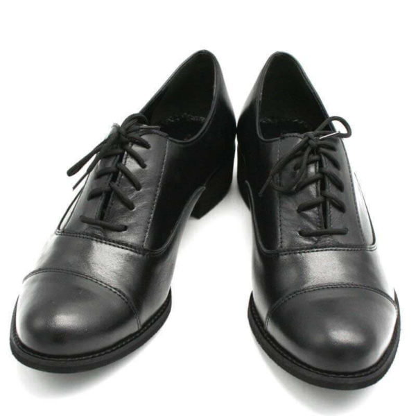 Foto von zwei Schnürschuhen Modell Oxford Schuhe Damen in Schwarz - Ansicht von vorne -Modell 517 Oxford Schuhe Damen