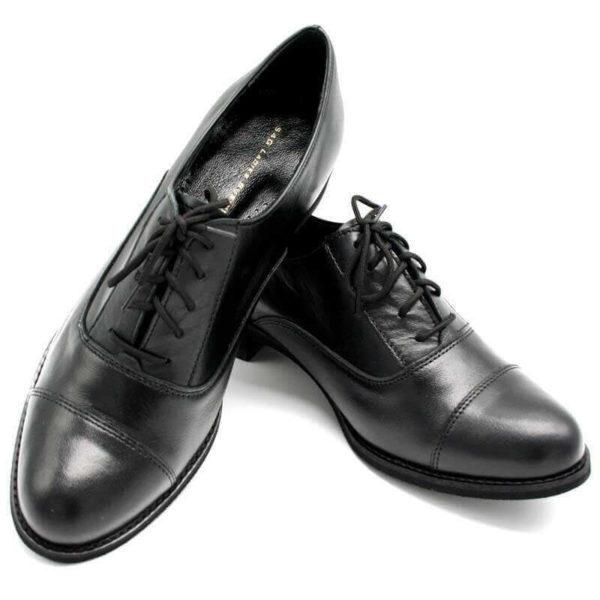 Foto von zwei Schnürschuhen Modell Oxford Schuhe Damen in Schwarz- einer auf dem anderen schräg abgestellt-Modell 517 Oxford Schuhe Damen