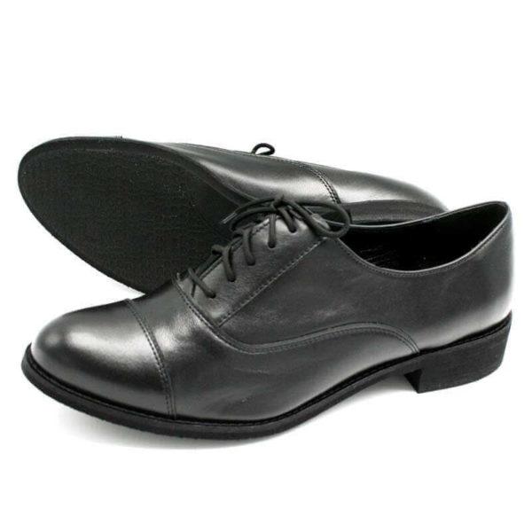 Foto von zwei Schnürschuhen Modell Oxford Schuhe Damen in Schwarz einer liegend, so dass die schwarze Laufsohle zu sehen ist, der anderen nach links weisend-Modell 517 Oxford Schuhe Damen