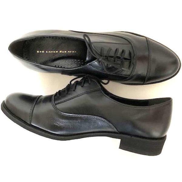 Foto von zwei Schnürschuhen Modell Oxford Schuhe Damen in Schwarz - Ansicht von oben, einer auf der Seite liegend-Modell 517 Oxford Schuhe Damen