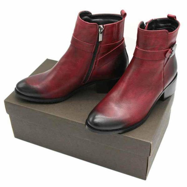 Foto von zwei roten Stiefelette mit Vintage-Schattierung an der Spitze und an der Hacke beide auf braunem Schuhkarton stehend.Modell 541 Stiefeletten Rot 2
