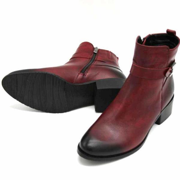Foto von zwei roten Stiefelette mit Vintage-Schattierung an der Spitze und an der Hacke. Rechter Stiefel liegend, so dass die schwarze Laufsohle zu sehen ist, der linke stehend nach vorne zeigend. Modell 541 Stiefeletten Rot 3