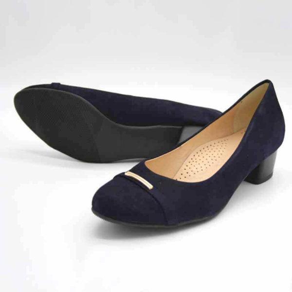 Foto von 2 dunkelblauen Ballerinas mit kleinem Absatz und kleiner, goldener Metalldekoration. Ein Schuh liegend, so dass die schwarze Sohle erscheint. Modell 551 Ballerina Marine 2