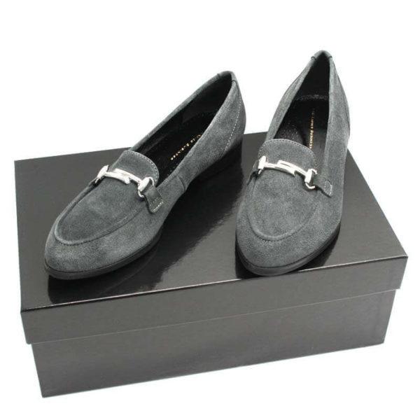 Foto von 2 Damen Slipper Dunkelgrau mit Metallapplikation auf schwarzem Schuhkarton. Beide nebeneinanderstehend nach vorne zeigend-Modell 561-Damen Slipper Dunkelgrau