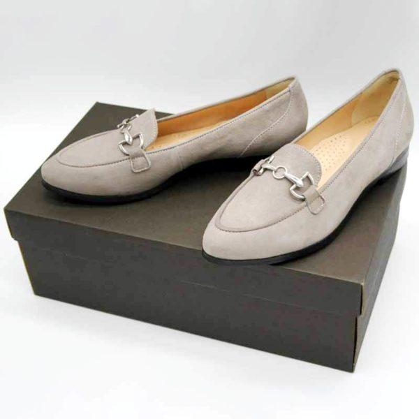 Foto Stilvoller Slipper in Beige mit silberfarbener Metallapplikation - Zwei Slipper auf dunkelbraunem Schuhkarton. Modell 581-Stilvoller Slipper_2