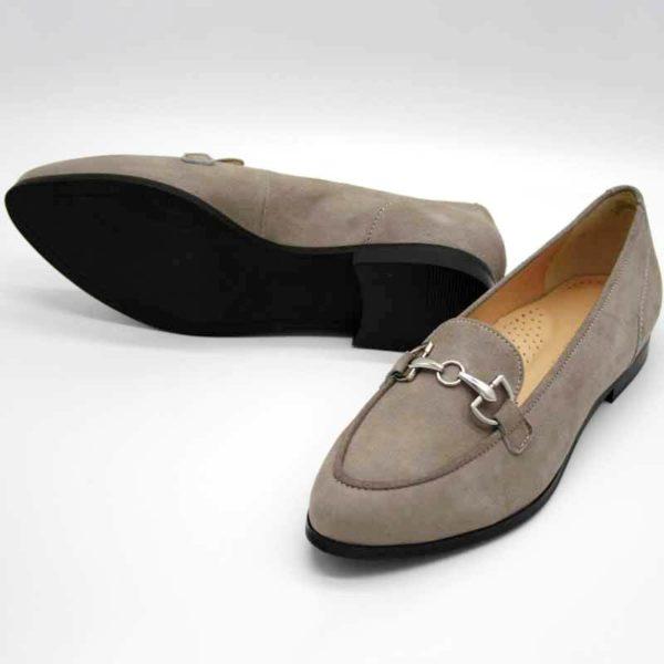 Foto Stilvoller Slipper in Beige mit silberfarbener Metallapplikation. Der rechte Slipper liegt, so dass die schwarze Kunststoffsohle sichtbar ist. Modell 581-Stilvoller Slipper_3