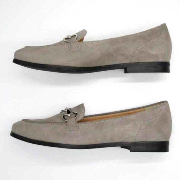 Foto Stilvoller Slipper in Beige mit silberfarbener Metallapplikation. Zwei Slipper mit der Schuhspitze nach links weisend, übereinander. Modell 581-Stilvoller Slipper_4