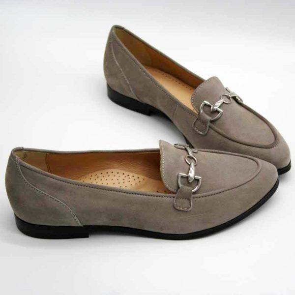 Foto Stilvoller Slipper in Beige mit silberfarbener Metallapplikation. Beide Slipper mit der Schuhspitze nach rechts, vorn weisend. Modell 581-Stilvoller Slipper_5