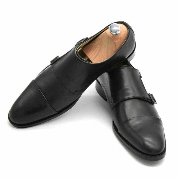Foto von zwei schwarzen Monk Herrenschuhen einer mit Schuhspanner mit silbernem Knauf - Modell Monk Business 305