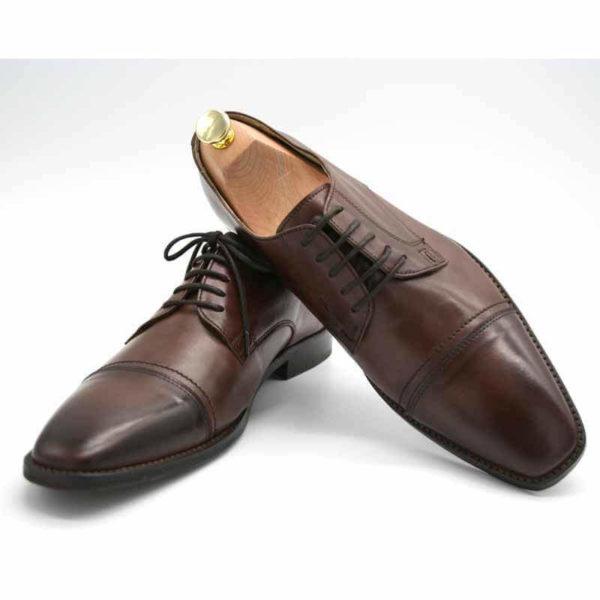 Foto von zwei braunen Herrenschuhen einer mit Schuhspanner mit goldenem Knauf - Modell Business international 328