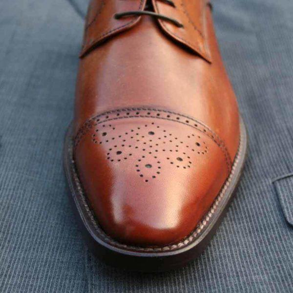 Nahaufnahme vom vorderen Teil eines Business Schuhs braun mit Captoe Verziehrung - Modell 323 Topmodischer Allrouner
