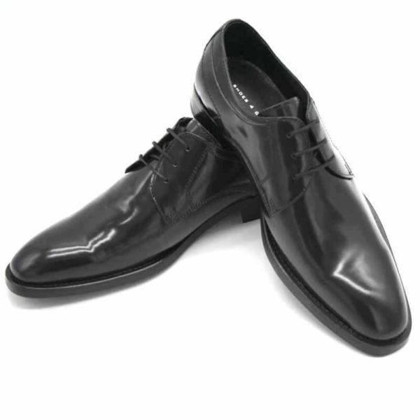 Foto von zwei schwarzen, polierten Herrenschuhen, der linke auf den rechten Schuh gestellt - Modell Business Klasse 306