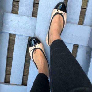Foto Ballerinas beige schwarz an Füßen, Blick von oben_Modell 583