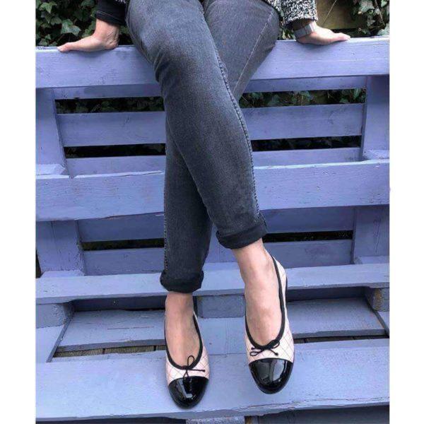 Foto Ballerinas beige schwarz an Beinen sitzender Frau auf blauem Holz_Modell 583