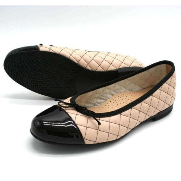 Foto Ballerinas beige schwarz einer liegend, so dass die schwarze Laufsohle zu sehen ist, der andere stehend, schräg nach links weisend_Modell 583