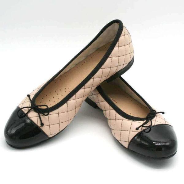 Foto Ballerinas beige schwarz, einer auf den anderen abgestützt_Modell 583
