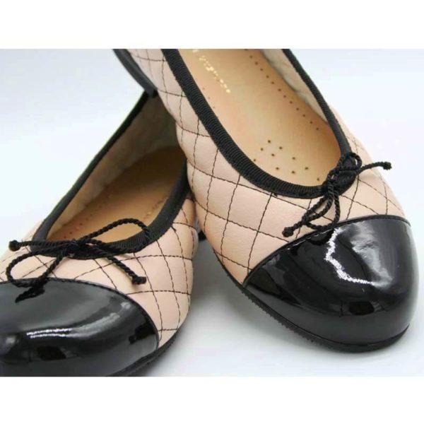 Foto Ballerinas beige schwarz Ausschnittansicht_Nahaufnahme_Modell 583