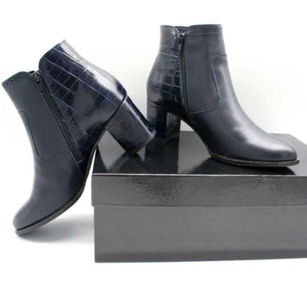 Foto zwei blaue Stiefeletten von der Seite an schwarzem Schuhkarton_Modell 750