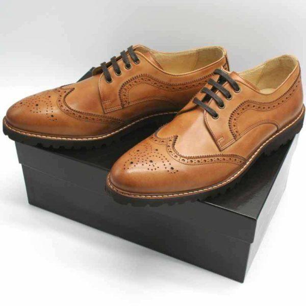 Budapester Cognac elegant, solide Herrenschuhe. Auf schwarzem Schuhkarton stehend. Modell 372
