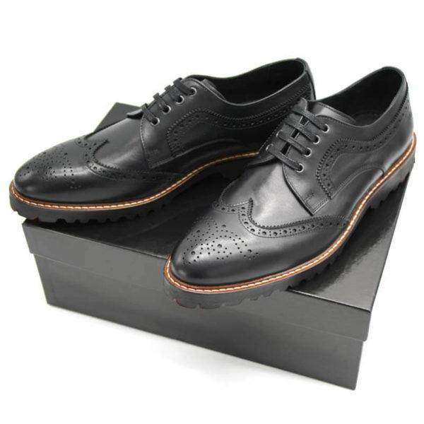 Foto von zwei Herrenschuhe Budapester schwarz auf schwarzem Schuhkarton_Modell 380