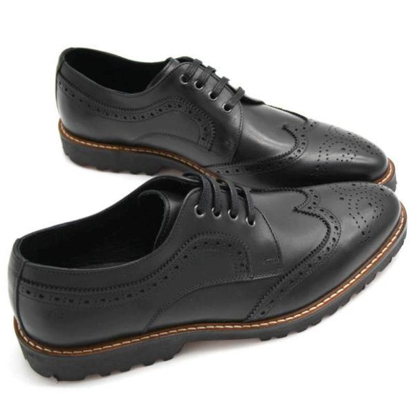 Foto von zwei Herrenschuhe Budapester schwarz - beide nach rechts weisend mit den Schuhspitzen zusammen_Modell 380