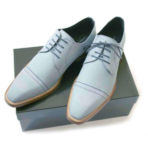 Foto 2 hellblaue Business Herrenschuhe in Hellblau mit Naht auf schwarzem Schuhkarton. Modell Lässiger Charme