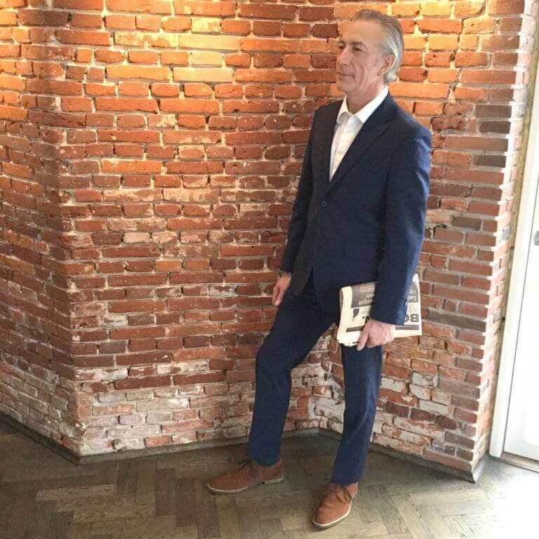 Foto-Herr mit blauem Anzug und fuchsbraunen Rauleder Business Schuhen