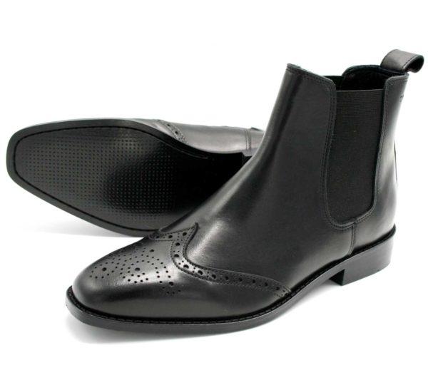 Foto Chelsea Budapester Stiefeletten schwarz eine liegend, so dass die Laufsohle sichtbar ist, die andere stehehend_Modell 414