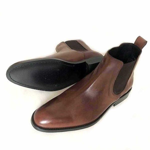 Foto Chelsea Damen braun einer liegend, so dass die schwarze Laufsohle zu sehen ist, der andere stehend_Modell 420