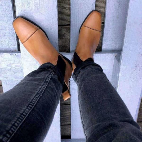Foto Chelsea Karamell Damenstiefeltten auf Holzuntergrund-Sicht von oben_Modell 425