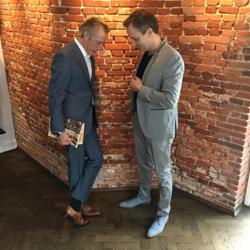 Foto zwei Herren unterhalten sich über Schuhe Club Meinungsaustausch und Ideen