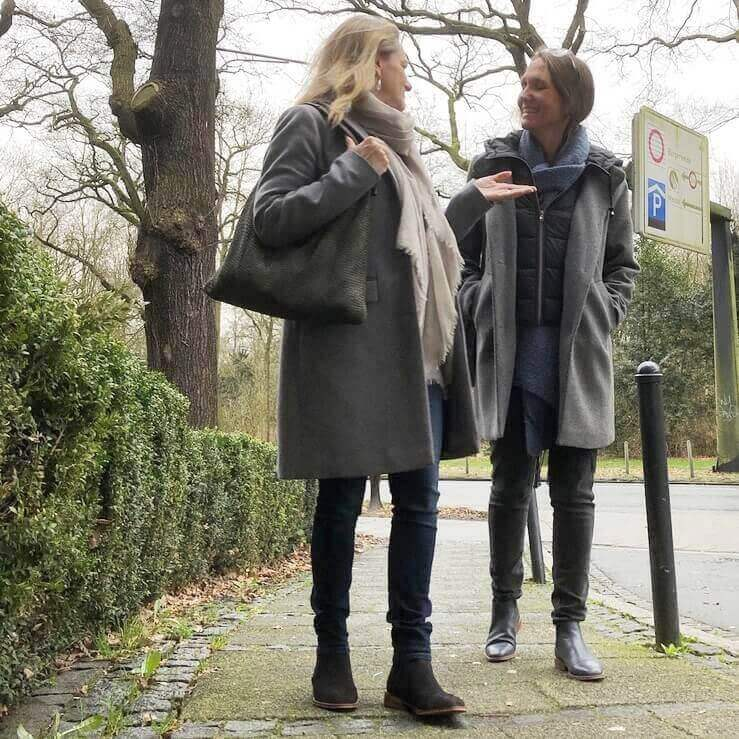 Foto Club Weiterempfehlung_zwei Frauen, die über Schuhe sprechen