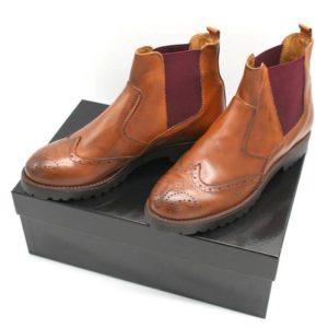 Foto Damen Chelsea Cognac zwei Stiefeletten auf schwarzem Schuhkarton_Modell 630