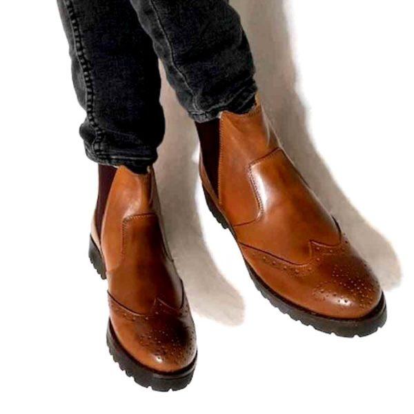 Foto Damen Chelsea Cognac zwei Stiefeletten an Beinen mit dunkelgrauer Hose_Modell 630