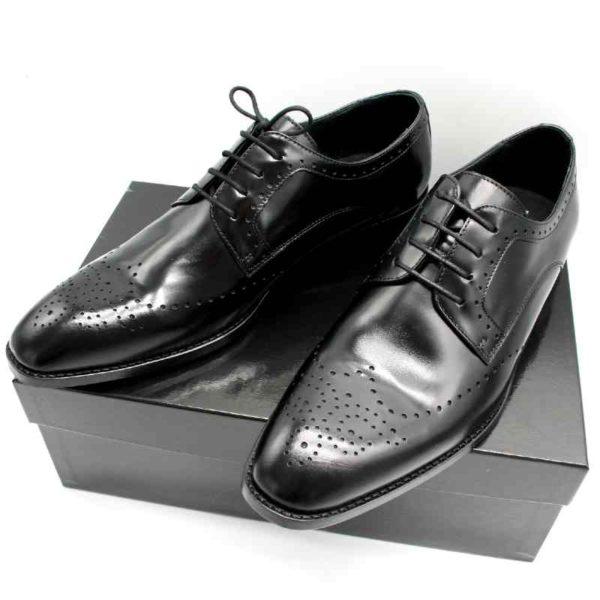 Foto zeigt Derby Herrenschuhe, die auf schwarzem Schuhkarton stehend_Modell 308