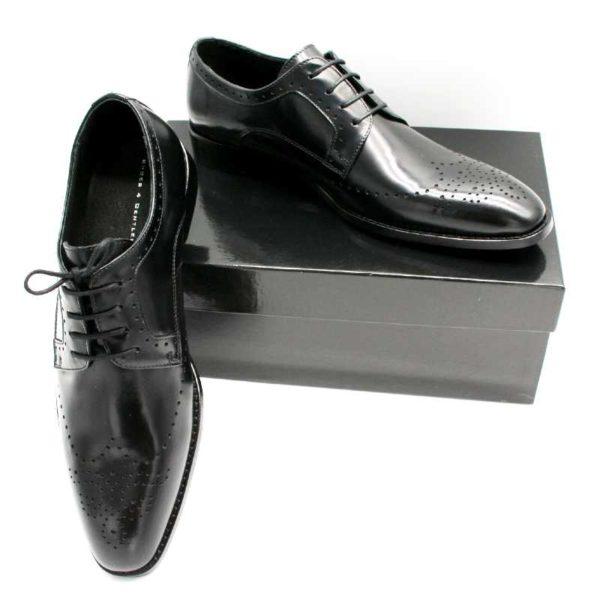 Foto zeigt Derby Herrenschuhe, der eine auf schwarzem Schuhkarton, der andere daran angelehnt_Modell 308